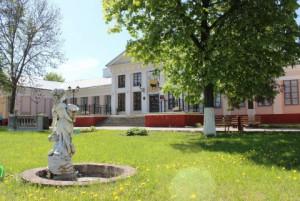 Лужайка перед дворцом Тизенгауза
